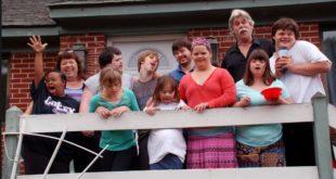 戴夫和珍與他們領養的唐氏症孩子。(圖片來源http://www1.cbn.com/)