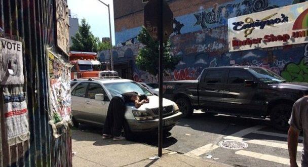 美國布魯克林區出現部分民民眾食用劣等K2,如喪屍般的走在街上,有些人直接就「掛」在車蓋上,宛如上演「陰屍路」真實版。(圖片來源/翻攝自網路)