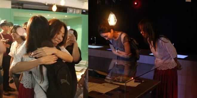 陳綺貞在展場內擁抱歌迷,並與粉絲一同看展,粉絲專注到沒有發現偶像就在身旁。(圖片來源:陳綺貞臉書)