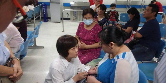 行政院秘書長陳美伶代表林全至林口長庚醫院慰問被撞員警的妻子。(圖片行政院提供)