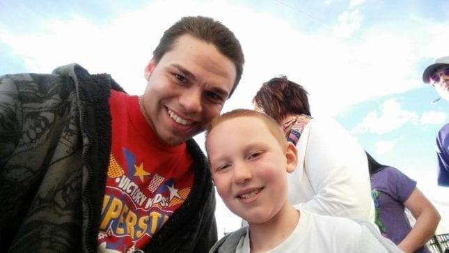 賈許與他兒子治療腦癌前的合照。(圖片來源:Josh J-Mash Marshall/facebook)
