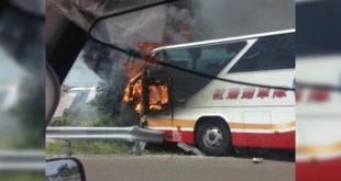 一輛載滿大陸客的遊覽車起火燃燒,造成26人全部不幸罹難。(圖片來源/翻攝網路)