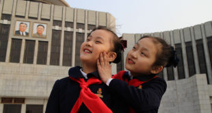 俄羅斯籍導演曼斯基拍攝紀錄片《太陽之下》,紀錄北韓人民在官員眼線下的生活。(圖片來源:propagandamonitor)