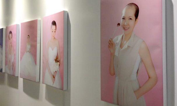 活動現場也展出《我的美麗我決定》光頭攝影展,喚起大眾以切身感受假髮對癌友的重要性。(圖片由癌症希望基金會提供)