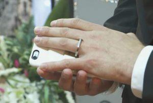 阿諾用他以帶著戒指的手,碰觸了他的手機,代表他是玩真的!