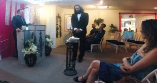 美國藝術家阿諾,在拉斯維加斯與自己的手機舉辦小型婚禮。(圖片來源/翻攝自網路)