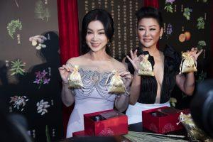 兩位逆齡天后拿著香包合照。(圖片來源:京城之霜提供)