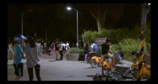 大半夜大安森林公園仍有大批人群聚集,低頭玩寶可夢。(翻攝網路)