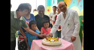 埔里基督教醫院院長陳恒常為馬家小姊弟慶祝出院。(翻攝網路)