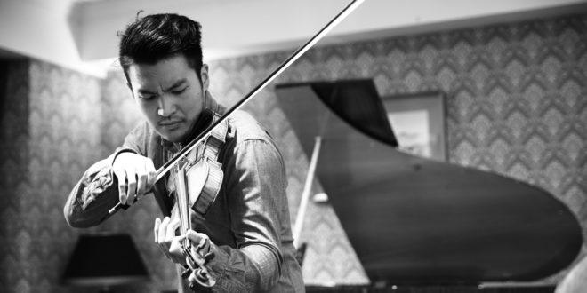 小提琴家陳銳現場拉起巴哈樂曲,奏者入神,聽者著迷。(圖片來源:台北市立交響樂團)
