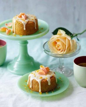 小柑橘蛋糕(Clementine cakes),克萊門氏小柑橘細緻的柑橘味。用一點小柑橘糖衣和漂亮的玫瑰花瓣進行裝飾,這道迷你蛋糕是下午茶的完美搭配。