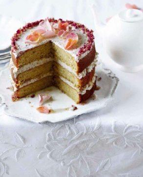 玫瑰花瓣蛋糕(Rose petal cake),在烘焙中使用玫瑰花瓣,每當花園的空氣中充滿玫瑰花香時,它們細緻的芳香都提醒著溫暖的夏天到了。這是多人份的蛋糕,非常適合在慶祝活動中搭配茶飲享用。