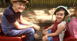 雷克斯(Rex)被診斷患有自閉症,右圖為妹妹。(翻攝Lindsey McGarry臉書)