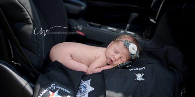 寶寶光著身子,以超萌的表情在警徽和警察制服前留下紀念。(圖片來源/Cyndi Williams Photography臉書)
