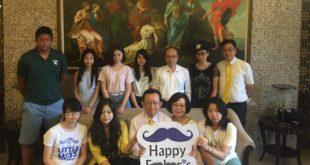 林澤顯與八名認助過的學生共度父親節。(翻攝林澤顯臉書)