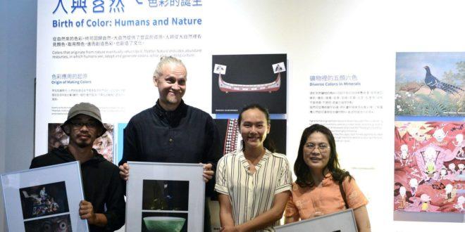 藝術家陳若軒贈送攝影作品,給參與拍攝的新住民。(圖片來源:台灣博物館)