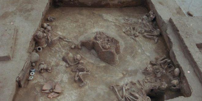 根據出土被掩埋的孩童骨骸,經過放射性碳定年法,推測他們死於西元前1920年,正好與史書記載的夏朝吻合。(翻攝網路)