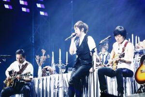五月天在高雄場JUST ROCK IT演唱會上搬出「魔幻大餐桌」。(圖片來源:相信音樂提供)