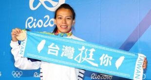 代表我國參加女子舉重58公斤量級的郭婞淳,原先被外界看好有奪金實力,卻因緊張造成臨場表現無法發揮,這次奧運賽事中拿下銅牌。  圖片來源:蔡英文臉書