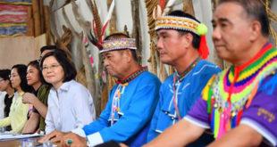 總統蔡英文11日走訪都蘭部落,並說考慮讓都蘭第一個試辦原住民自治區,但仍需大家共同討論。  圖片來源:總統府