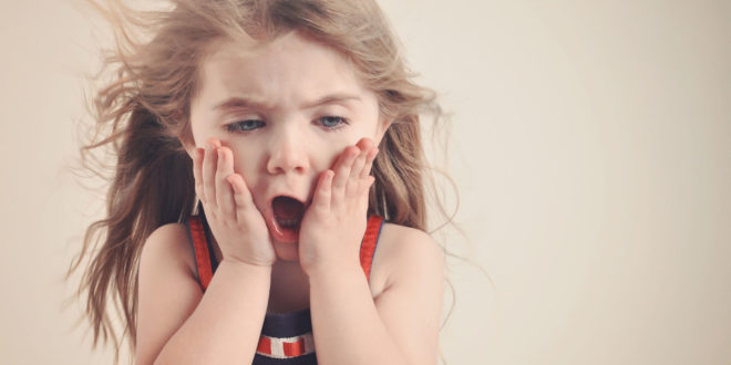 變態怪叔叔邊偷拍,嘴裡還邊說猥褻難聽的髒話,女童被他這樣的怪異舉動給嚇壞了。