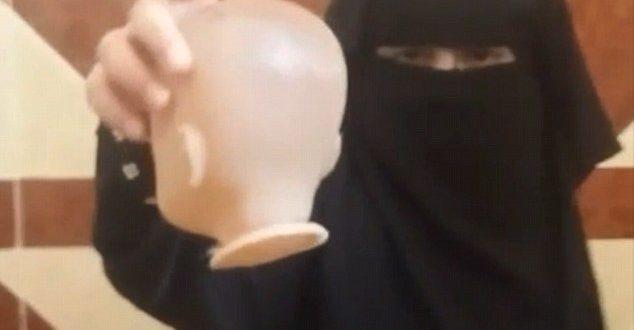 「伊斯蘭國」支持者上傳一段影片,只見一名小女孩邊唱「殺人歌」,一邊用刀將洋娃娃斬首。