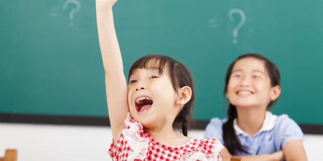 員警問女童「想不想跟大家一樣上學」時,她露出渴望的眼神。(示意圖非當事人)