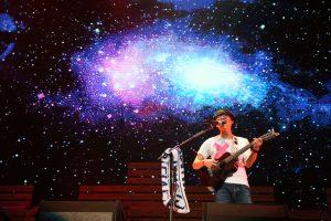 盧廣仲身著白T,維持一貫的簡約風在舞台上表演。(圖片來源:添翼工作室提供)