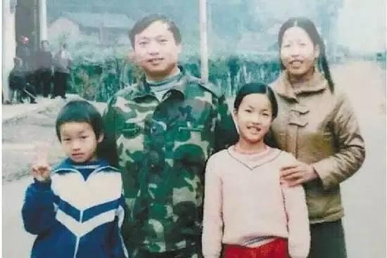 蔡家遠(左1)幼年時全家合照。(圖片來源:翻攝網路)
