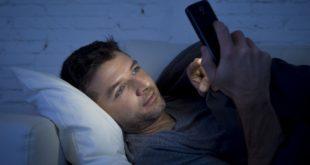 男大生日以繼夜抓寶可夢導致黃斑病變。醫師呼籲昏暗處切勿盯著手機螢幕。示意圖,非當事者。(圖片來源:123RF)