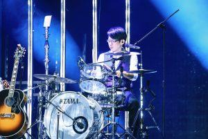 冠佑在五月天JUST ROCK IT高雄場演出。(圖片來源:相信音樂提供)