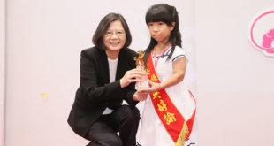 總統蔡英文2日頒發2016總統教育獎,她並勉勵中間許多新住民的子女,「你們的媽媽很了不起,你們身上有一股堅毅的精神,台灣一定會因為你們這一代的努力,而有不一樣的面貌,我非常期待。」  圖片來源:總統府Flickr
