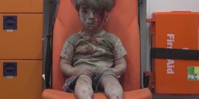敘利亞內戰不斷,日前當地反抗軍人士放上一段影片引起瘋傳,5歲男童歐姆蘭被救護人員救出,不發一語坐在救護車內,無助地模樣引起大眾關注。  圖片來源:影片截圖