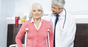 當老年人出現有原因不明的貧血、蛋白尿、腎衰竭、骨折、高血鈣,或反覆感染等症狀,家人應立即陪同前往就醫,以免延誤病情。(圖片來源/網路)