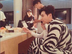 李鍾碩上傳在他在休息室吃飯的照片,一邊還得忙碌的通話。(圖片來源/翻攝自網路)