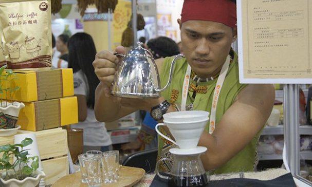 現場原民沖泡果香酸味濃厚的有機咖啡。(謝婷婷攝)