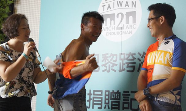 泳渡英吉利海峽讓組員們吃盡苦頭,簡志光(中)脫下衣服表示當時背都受傷了。(謝婷婷攝)