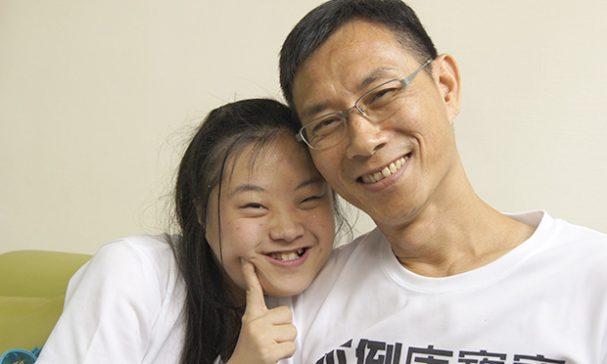 林正俠與女兒感情如膠似漆。(謝婷婷攝)