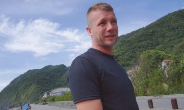 發起環台淨灘活動的丹尼爾表示台灣重視便利但相對也製造相當多塑膠垃圾。(圖片截取Youtube)
