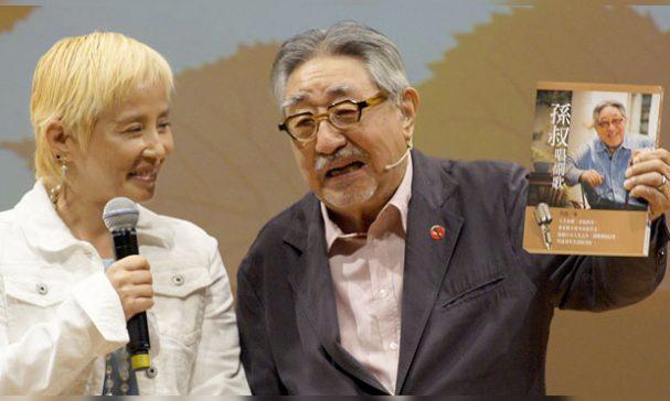 主持人李明依(左)與孫叔叔的俏皮互動。(謝婷婷攝)