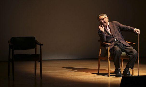 孫叔叔以五首經典老歌,結合二把單椅,新書內容「演」給粉絲看。攝)