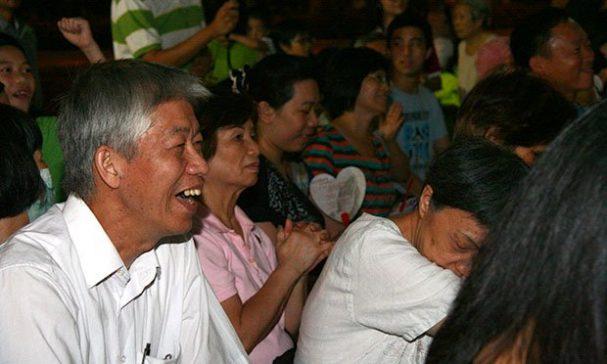 有些里民攜家帶眷來參加音樂會。(謝婷婷攝)