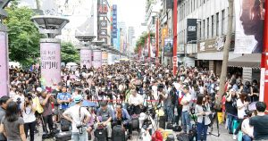 SpeXial粉絲眾多,現場可說是萬人空巷。(圖片來源:吳宜庭攝)
