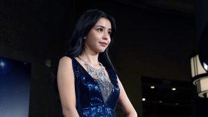 李毓芬今日穿著一席寶藍色禮服,配上項鍊襯托出優雅氣質。(圖片來源:吳宜庭攝)