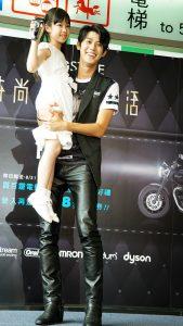 李玉璽抱起小女孩,頗有爸爸架式。(圖片來源:吳宜庭攝)