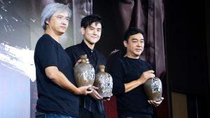 導演和演員三人最後抱酒罈合影,慶祝口碑場正式上映。(吳宜庭/台北報導)