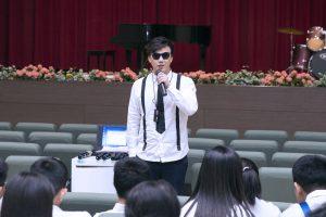 蕭煌奇昨日受邀回母校演講,講了許多昔日的校園趣事。(圖片來源:華納音樂提供)