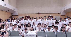 蕭煌奇承諾未來會擔任母校的音樂顧問,幫助學弟妹一同追夢。(圖片來源:華納音樂提供)
