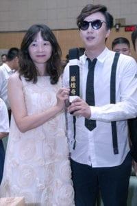 蕭煌奇獲校長頒發給他「傑出校友獎」。(圖片來源:華納音樂提供)