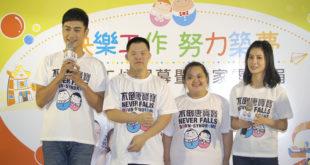 林佑威(左一)及連俞函(右一)參加公益活動,為唐寶寶一圓就業夢。(謝婷婷攝)